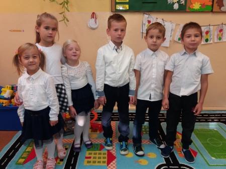 Dzieci z zerówki w oczekiwaniu na ślubowanie klas pierwszych